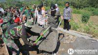 Wabup Kebumen H Arif Sugiyanto SH saat meninjau pelaksanaan TMMD di Desa Sidogede. (Foto: Padmo-KebumenUpdate.com)
