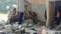 Personil Polri dan TNI turut membantu warga. (Foto: Polres Kebumen)