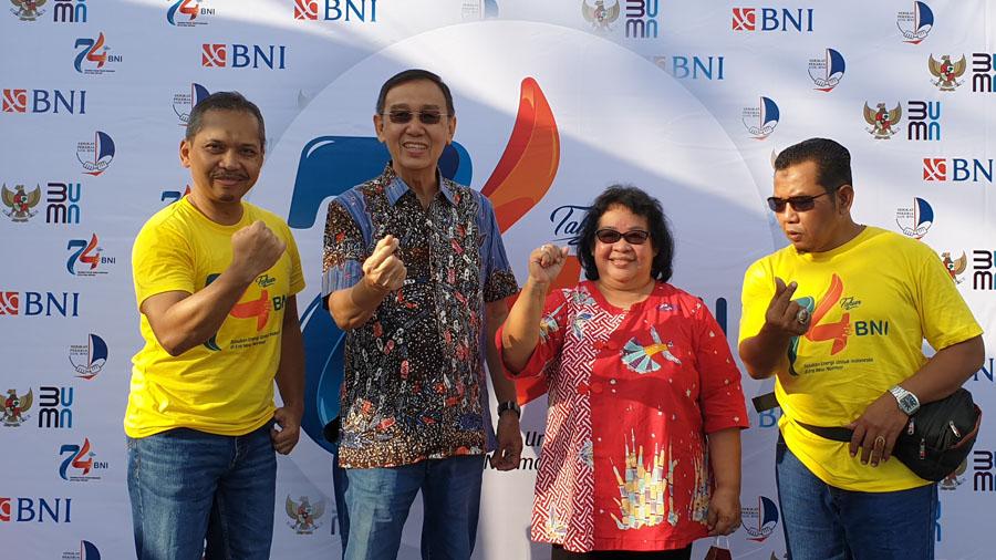 Pinca BNI Kebumen Himawan Herrachmadi foto bersama dengan owner Kecap Kentjana  Iwan Setiawan dan Istri Justinawati Sukianto. (Foto: BNI Kebumen)