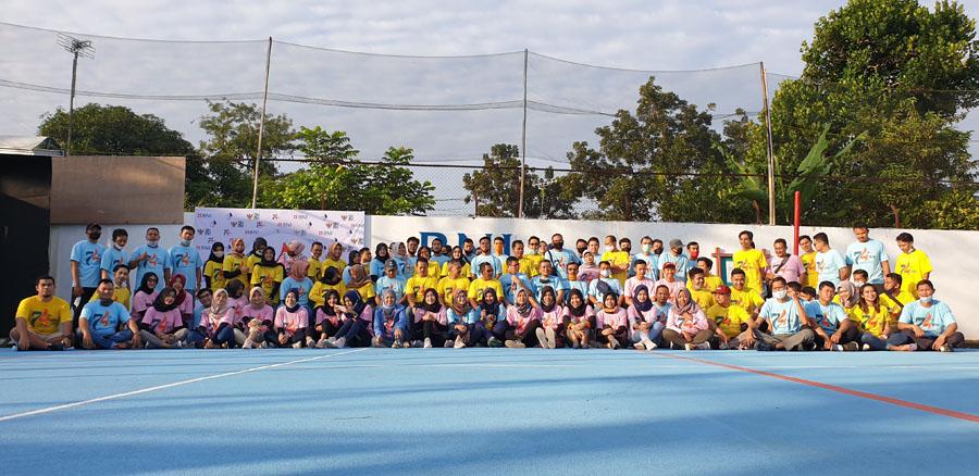 Seluruh pegawai BNI antusias foto bersama. (Foto: BNI Kebumen)