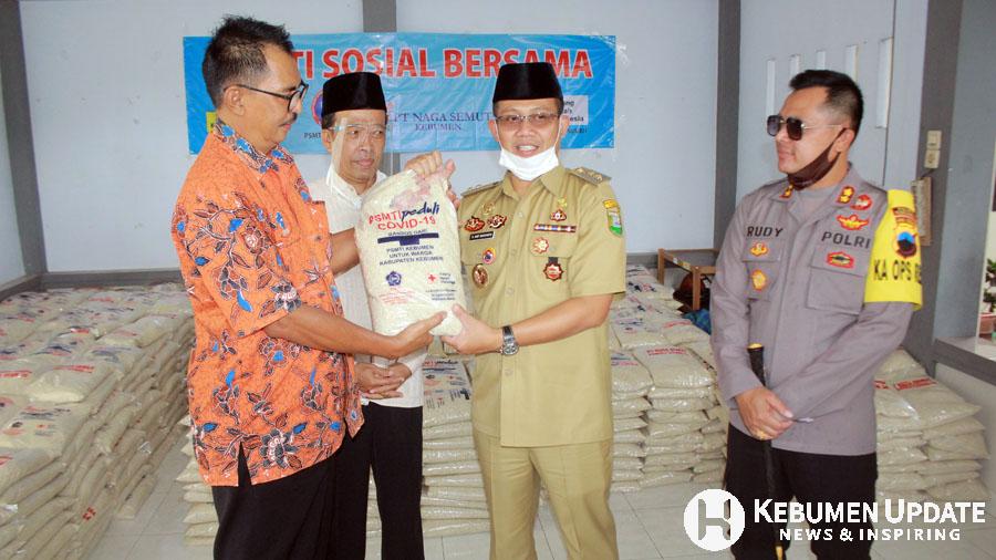 Ketua PSMTI Kebumen Boby Subianto menyerahkan bantuan diterima Wabup Arif Sugiyanto. (Foto: Padmo-KebumenUpdate.com)