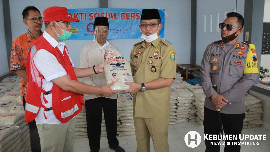 Wabup Arif Sugiyanto menyerahkan kepada Ketua PMI Kebumen. (Foto: Padmo-KebumenUpdate.com)