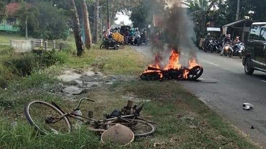 Sepeda motor Yamaha Vixion terbakar usai tabrakan. (Foto: Facebook.com)