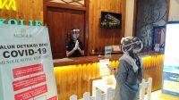 Petugas resepsionis menyambut tamu. (Foto: Mexolie Hotel)