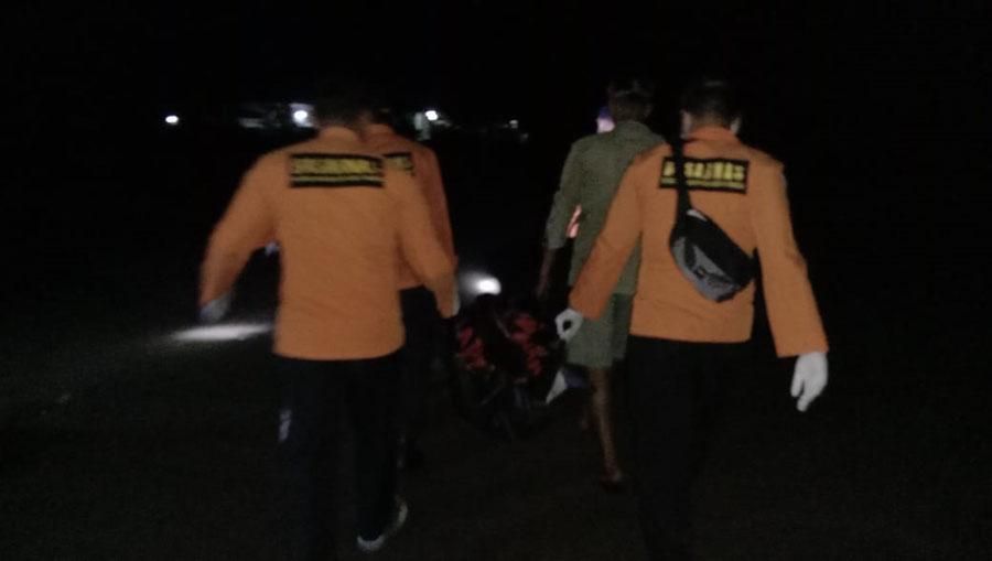 Personil Basarnas KPP Cilacap mengevakuasi jasad korban. (Foto: Basarnas)