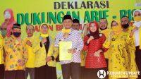 Arif Sugiyanto-Ristawati Puwaningsih foto bersama fungsionaris DPC Partai Golkar usai deklarasi. (Foto: Padmo-KebumenUpdate.com)