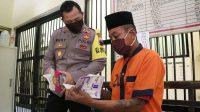 Kapolres Kebumen AKBP Rudy Cahya Kurniawan memberikan buku tuntunan sholat kepada tersangka. (Foto: Polres Kebumen)
