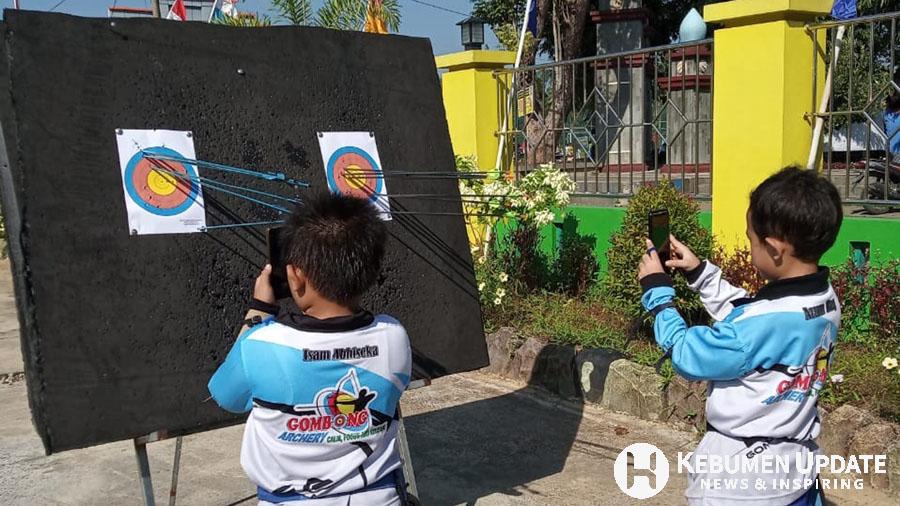 Pemanah memotret hasil tembakan saat mengikuti Kebumen Online Scoring 2020. (Foto: Istimewa)