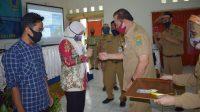 Kepala Disporawisata Kebumen H Azam Fatoni SH MSi menyematkan tanda peserta pelatihan. (Foto: Istimewa)