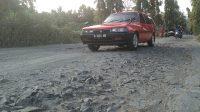 Mobil melintasi ruas Jalan Munggu-Karanggadung yang rusak parah. (Foto: Padmo-KebumenUpdate)