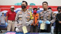 Kapolres AKBP Rudy Cahya Kurniawan menunjukkan golok yang digunakan tersangka. (Foto: Polres Kebumen)