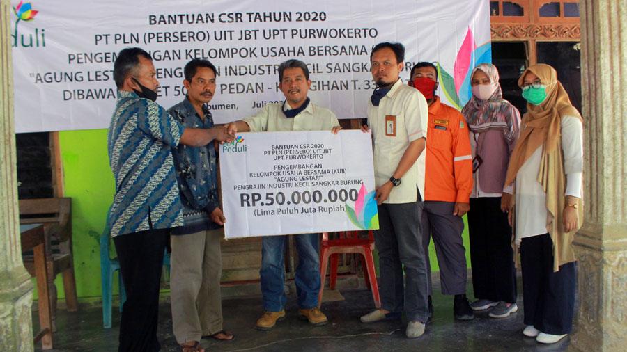 Program CSR PLN Unit Pelaksana Transmisi (UPT) Purwokerto Tafip Sudono menyerahkan CSR. (Foto: Padmo-KebumenUpdate)