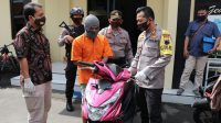 Tersangka pencurian sepeda motor bersama motor curiannya. (Foto: Polres Kebumen)