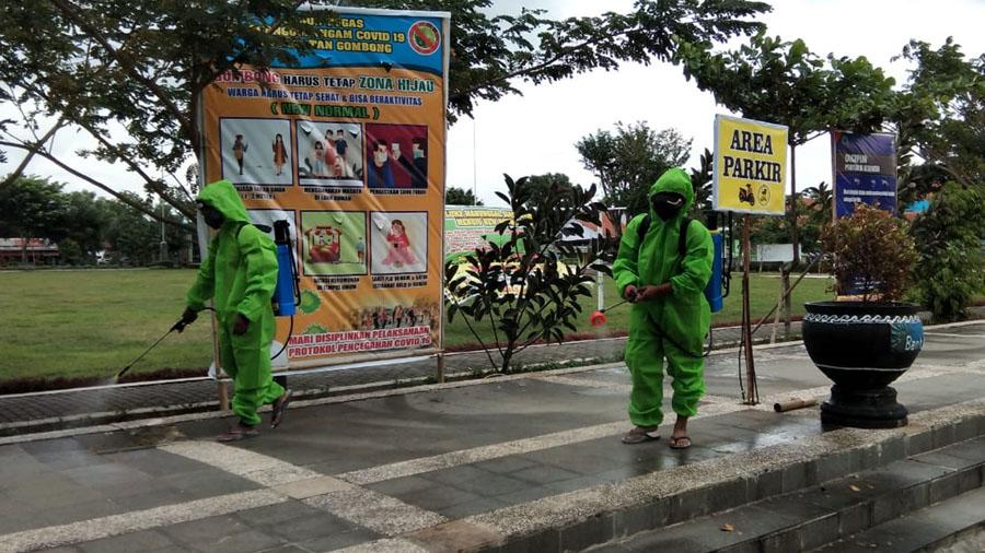 Petugas menyemprotkan disinfektan di Lapangan Manunggal Gombong menyusul ada salah satu warga yang positif Covid-19. (Foto: Istimewa)