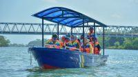 Bupati Kebumen KH Yazid Mahfudz naik perahu menyusuri Sungai Wawar. (Foto: Humas Kebumen)