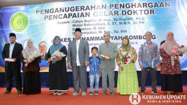 Ketua BPH Stikes Gombong dokter H Fatah Widodo SpM foto bersama dosen yang meraih gelar doktor. (Foto: Padmo-KebumenUpdate)