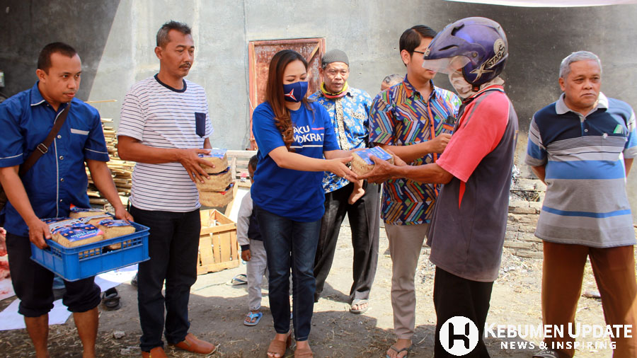 Lasmi Indaryani membagikan daging kurban kepada masyarakat. (Foto: Padmo-KebumenUpdate)