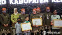 Para penerima Legislative Award foto bersama dengan Forkopimda. (Foto: Padmo-KebumenUpdate)