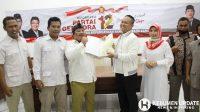 Ketua DPC Partai Gerindra Kebumen Agung Prabowo menyerahkan rekomendasi kepada Wakil BUpati Kebumen Arif Sugiyanto. (Poto: Padmo-KebumenUpdate)