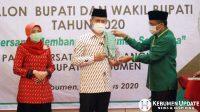 Wakil Ketua DPP PPP Arwani Tomafi memberikan sorban kepada Arif-Rista. (Foto: Padmo-KebumenUpdate)