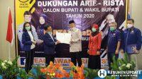 Sugeng Suparwoto menyerahkan surat rekomendasi kepada Arif Sugiyanto. (Foto: Padmo-KebumenUpdate)