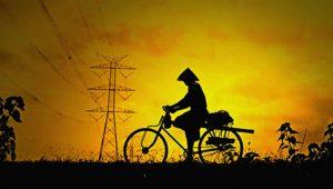Warga melintas di bawah jaringan SUTET 500 kV Pedan-Kesugihan di Kebumen. (Foto: www.ondosupriyanto.blogsot.com)