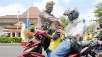 Satlantas Polres Kebumen membagikan masker kepada pengguna jalan. (Foto: Polres Kebumen)