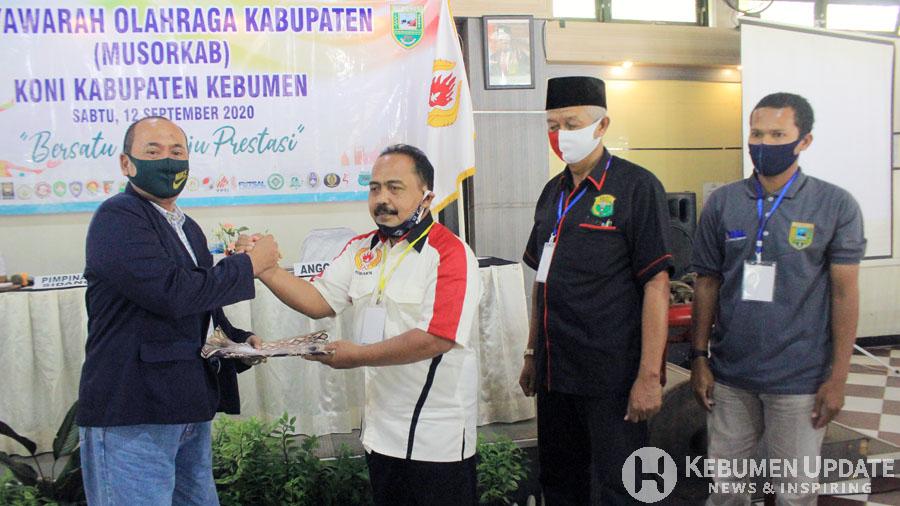 Ketum KONI Kebumen Terpilih HD Sriyanto menerima hasil Musorkab. (Foto: Padmo-KebumenUpdate)