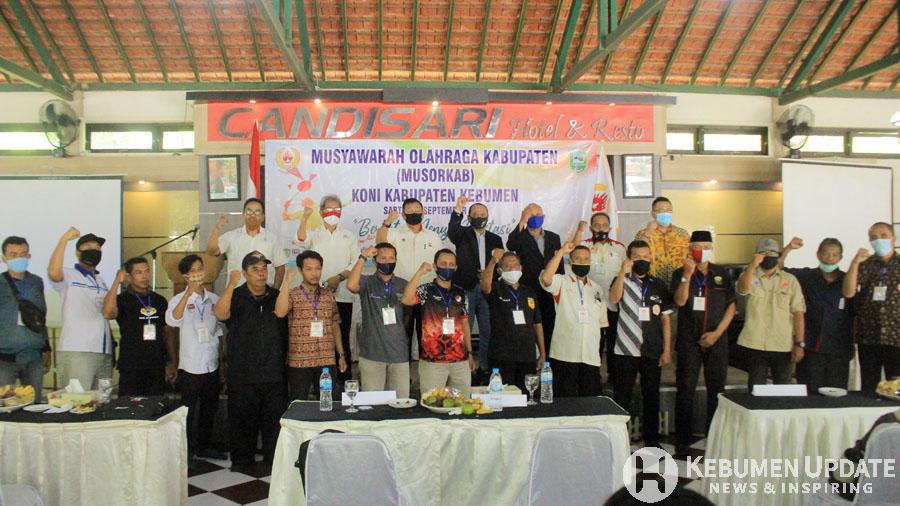 Ketum KONI terpilih foto bersama pengurus cabor. (Foto: Padmo-KebumenUpdate)