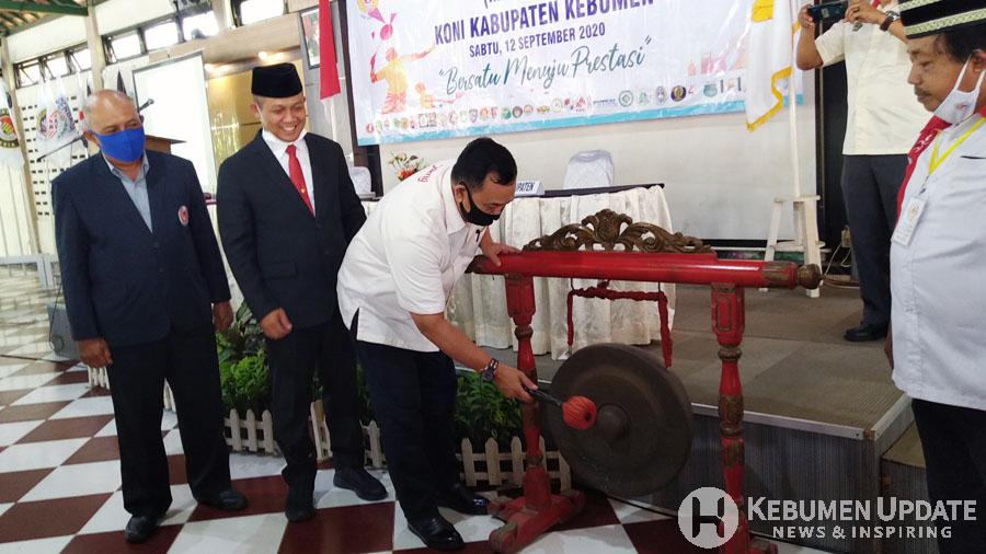 Ketua KONI Jateng Brigjen TNI Purn Soebroto memukul gong saat pembukaan Musorkab. (Foto: Padmo-KebumenUpdate)