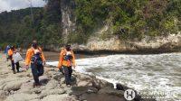 Tim SAR gabungan melakukan pencarian korban tenggelam di Pantai Logending. Foto: Basarnas)
