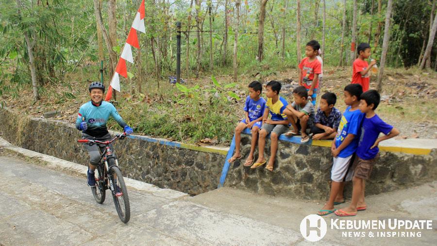 Ketua Squad Cyclist Indonesia (SCI) Sawiji turut menjajal rute MTB Challenge. (Foto: Padmo-KebumenUpdate)