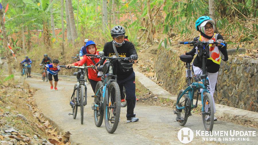 Sejumlah peserta menuntun sepeda saat melalui tanjakan kedua. (Foto: Padmo-KebumenUpdate)
