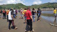 Warga mendekati Pantai Logending sesaat terjadi kecelakaan laut. (Foto: Istimewa)