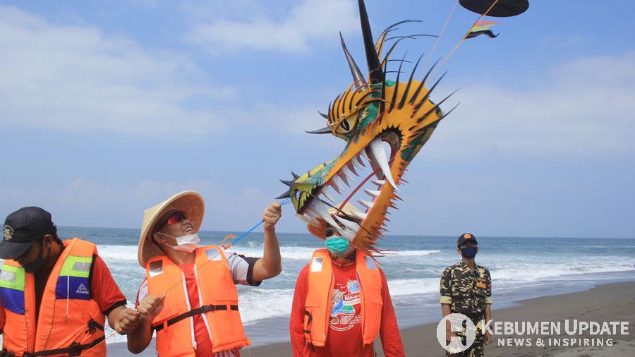Wabup Arif Sugiyanto turut menerbangkan layang-layang. (Foto: Padmo-KebumenUpdate)