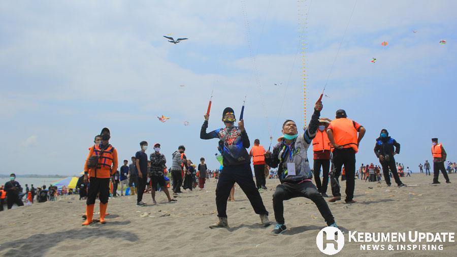 Para peserta antusias menerbangkan layang-layang. (Foto: Padmo-KebumenUpdate)