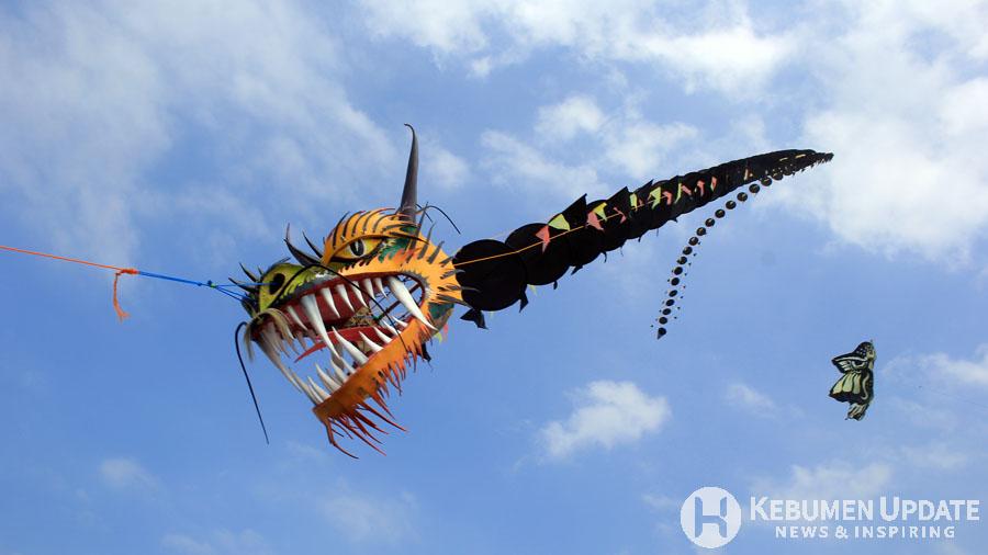 Layang-layang naga meramaikan Festival Layang-layang. (Foto: Padmo-KebumenUpdate)