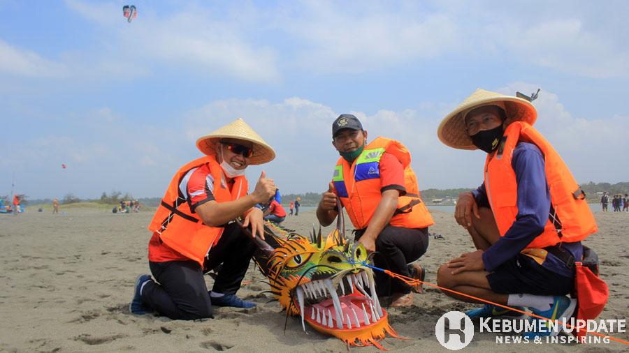 Wabup Arif Sugiyanto berpose bersama Kades Tanggulangin dan Kadispermades P3A. (Foto: Padmo-KebumenUpdate)