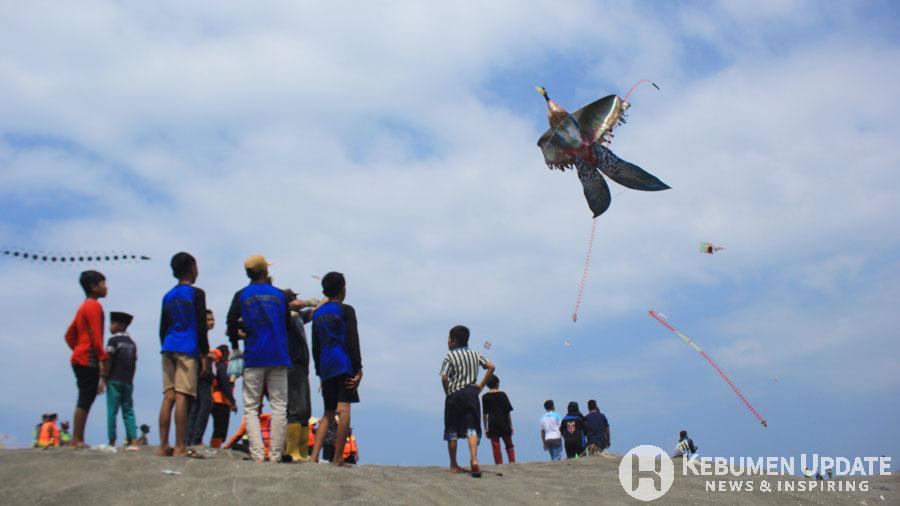 Peserta festival layang-layang menerbangkan layang-layang. (Foto: Padmo-KebumenUpdate)