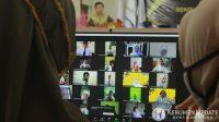 Para mahasiswa baru mengikuti sambutan Ketua Yayasan Putra Bangsa Dr Slamet Ahmadi MM secara daring. (Foto: Padmo-KebumenUpdate)